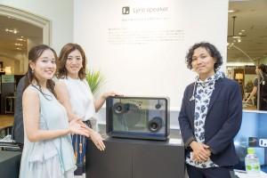 2016年6月19日に三越日本橋本店で開催された「Lyric speaker」のトークイベントに登壇した、元SDN48で家電タレントとしても活躍する女優の奈津子さん、作詞家のカミカオルさん、Lyric speakerの開発者である斉藤迅さん