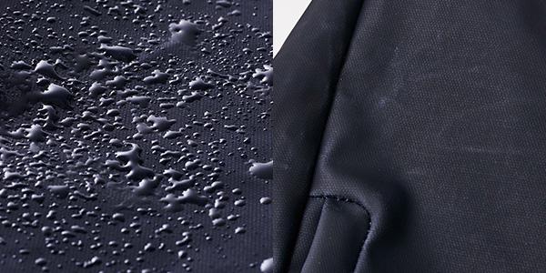 生地にはマット仕上げのPVCコーティングを採用し、撥水性と防汚性を持つ。折り目が白化するため使用感が生まれ、使うほどに愛着が高まっていく。