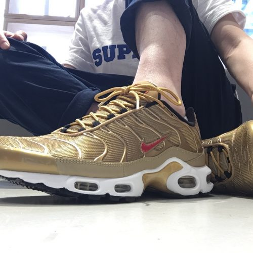 NIKE AIR MAX PLUS QS METALLIC GOLD/UNIVERSITY RED