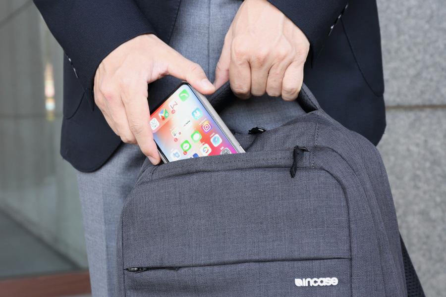 インケース「アイコン スリムパック II」の正面上部ポケット