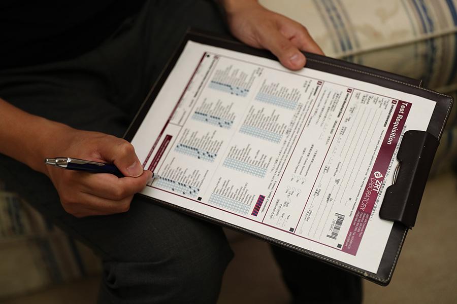 「三番町ごきげんクリニック」で行われたストレス度チェック(血液検査と唾液コルチゾール検査)の様子