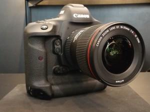 EOS-1D Mark II。4月下旬発売予定。ボディのみで予想販売価格は67万8000円。レンズと合わせると2.7kgにもなる。まずは体を鍛えないと。