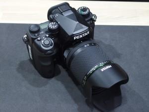 ペンタックスブランド初となるフルサイズ一眼レフカメラK-1。画質や性能がさることながら、背面液晶のフレキシブルチルトが新しすぎる。