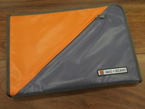 BEAMSカラーのオレンジとVAIOカラーの勝色を組み合わせたPCケース。VAIOのカラーって勝色って言うらしいです。この勝色を出すのが困難で、販売数が絞られてとか。