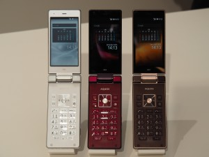 フィーチャーフォンの使い勝手とスマートフォンの快適性を併せ持つAQUOS K。通信料金も安い。