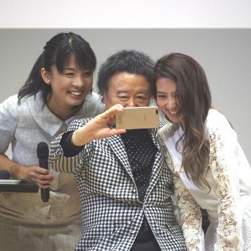 会場でhonor6 Plusの自撮りを試す篠山紀信先生。司会の女性と出川ガールこと河北麻友子さんと一緒にパシャリ!