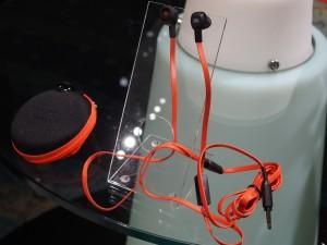 JBLのイヤホンが同梱される。より良い音を求める人には、かなりありがたい。