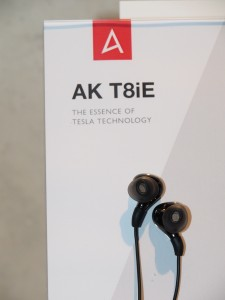 AK T8iE。見た目は普通のインナーイヤーイヤホン。小型のままでテスラテクノロジーを導入。