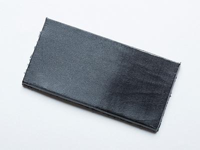 「二度なめし」によって、ワックスが革の内側にも外側にもダブルで浸透しているため、磨くとすぐにツヤが出る(左が初期状態。右が軽く擦った状態)。