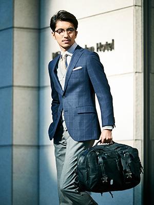 容量はもちろん、機能面、堅牢さにおいてもブリーフケースとしての使用にしっかり対応。スーツスタイルにマッチするプレーンでシンプルな表情は、ビジネスシーンにエレガントさを加えてくれる。