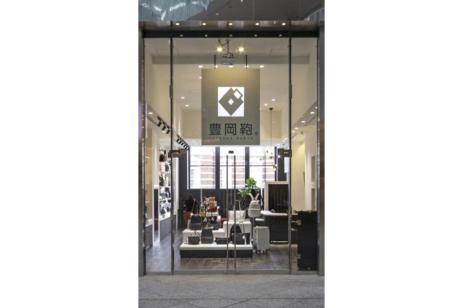 d90b5253825e お店にはビジネスに使える革鞄や帆布のトートバッグなど、メーカーそれぞれの特色を生かした商品がギュッと集まっています。