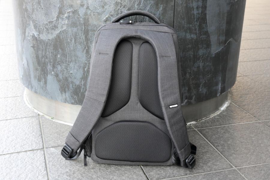 インケース「アイコン スリムパック II」の背面パッド