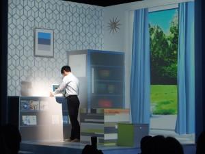 発表会は真っ白い壁に白いブロックが配置された空間に、プロジェクターで部屋を投影したプロジェクションマッピング的な感じで行われた。これはリビングっぽい感じ。