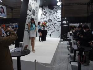 話題のOM-D E-M5 NarkⅡが触れるオリンパスブース。モデルさんを被写体にみなさん撮りまくっていました。