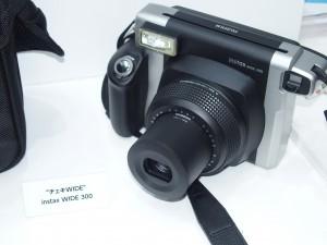 チェキの2倍のフィルムサイズのチェキWide。人が多かったり、付属の接写レンズで近づけたりできる。