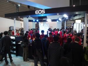 先日発表したばかりのEOS 5Dsと5DsRは超人気。朝一に訪れても60分待ちとなるほどだ。