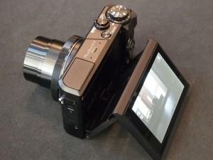 背面液晶が2軸のチルト式になったので、見上げだけでなく、俯瞰からの撮影でも、液晶で被写体を確認できるようになった。