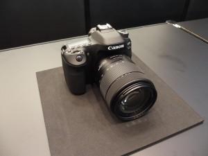 EOS 80D。3月25日発売予定。EF-S18-55 STMのレンズキットで予想販売価格は13万8800円(税抜)。