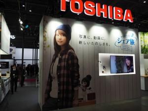 有村架純ちゃんがドーンと大きくプリントした壁が特徴の東芝ブース。トランスファージェットのSDカードを展示。