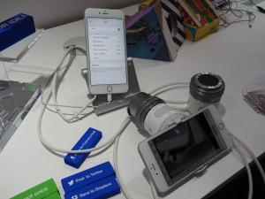 OLYMPUS Air。オープンプラットフォームなので、アプリや周辺機器が自由に作れる。会場ではペッパーくんが手に持っており、一緒に自撮りをしてくれた。