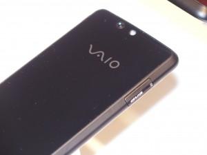 背面にもVAIOのロゴが入っています。NFC対応でないのが残念です。