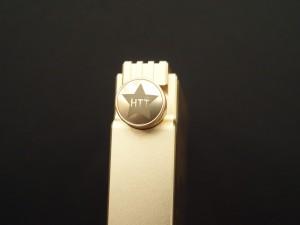 ボリュームダイヤルには「HTT」のロゴが。