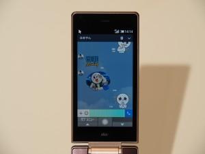 AQUOS Kは見た目はフィーチャーフォンでも、LINEを使うこともできる。