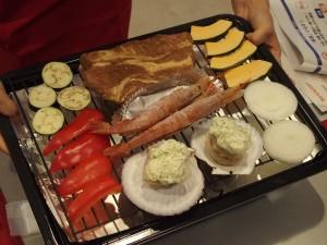 常温の野菜と冷凍のエビや肉などをひとつのトレイに並べてヘルシオで調理する。