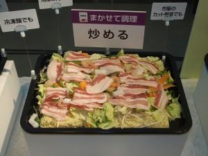 麺を敷き詰め、野菜や肉を乗せるだけで、混ぜ合わせることなく焼きそばが完成する。ある意味、カップ焼きそばより簡単!?