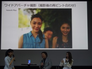 後からピントを変えられるワイドアパーチャ機能を使って、左側の女性だけにピントをあわせる。篠山紀信先生の顔が認識しづらくなった。