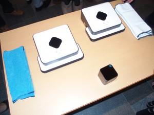 左の青い布が拭き掃除用。右に白い布が乾拭き用。手前にある小さな四角い箱は、部屋の位置情報を赤外線で知られる「ノーススター」。