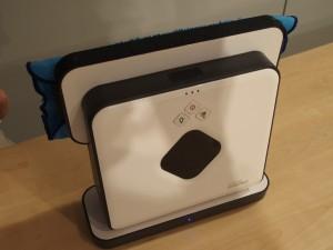 充電するときは、この様に縦置きでドッグに挿す。アダプターを直に挿しても充電できる。