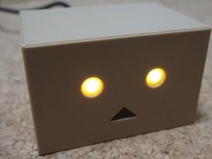 USBを接続し、通電させると目が光る。