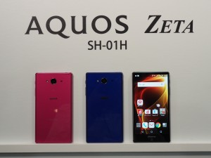 300Mbpsの高速通信に対応したAQUOS ZETA。バッテリー持ちの良さも定評。