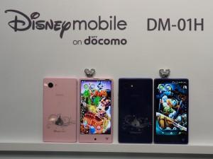 ディズニーランドやディズニーシーなど、パークをイメージした作りのDisney mobile on docomo。専用の光るスマホピアスも付属。