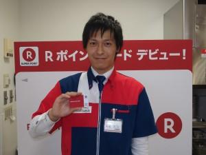 イケメンの店員さんが持っているのは、Edy付きのRポイントカードだ。