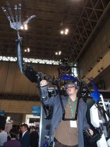 スケルトニクスの外骨格ロボット。動力は付いておらず、人が操作する。遊園地などで活躍するエンターテイメント用ロボットだ。