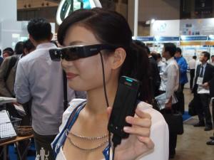 メガネにスマートフォンの動画が映し出される。ヘッドマウントディスプレイと違い、外の様子もわかる。