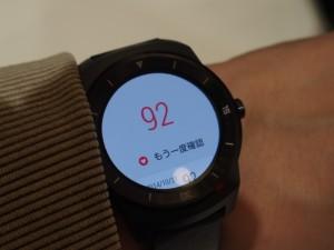 丸い画面のスマートウォッチ、G Watch R。心拍数もはかれる。