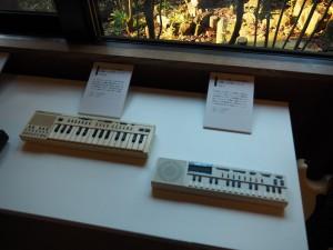 サンプリングができるSK-1(右)と100音色搭載のミニキーボードのSA-1