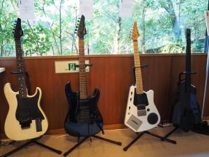 右から2番目のギターは、カセットテーププレーヤーが搭載されており、テープで伴奏を流しながら、ギターを奏でることができる