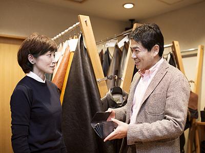 (左)AJIOKA.デザイナー・三浦由美恵さん。素材を生かしたデザイン、レイアウトに定評あり。別注財布のデザインを担当。(右)革問屋・中村千之助商店代表・中村高志さん。自身もタンナーで働いていた経験があり、タンニンなめしには詳しい。今回、財布の素材に使用した「コンチャレザー」の生みの親。