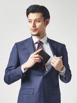 外装にはクロコの型押しに適したカウハイドを採用。適度な光沢、そしてチラリと見える内側のビビッドカラーが、こなれたビジネスマンを印象づける。
