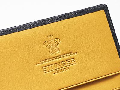 """1996年にチャールズ皇太子から""""王室に商品を納入できる証""""を授かった。カードケースの内側には、それを示すロゴ「ロイヤル・ワラント」の刻印がある。"""