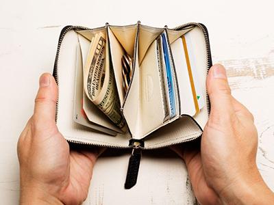 小銭用ポケットの両脇に、紙幣を収めるのに最適なスペースを設置。さらに、カードスリット3つと、カードが数枚入るフリーポケットもあり、充分な収納力を誇る。明るいホワイトなので、どこに何が入っているかひとめで分かりやすい。